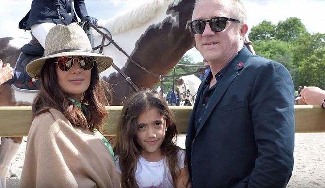 Valentina Paloma Pinault je dcerou herečky Salmy Hayek a miliardáře Francoise Henri Pinaulta. Říká se, že Pinaultův majetek dosahuje hodnoty 15 miliard dolarů, Salma si svým umem vydělala asi 80 miliónů dolarů.