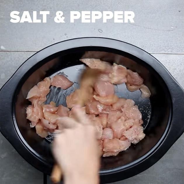 Pro přípravu budete potřebovat remosku, nebo hrnec s velmi silným dnem. Dejte do něj trochu oleje a na něj dejte kuřecí maso. Osolte a opepřete ho.