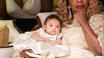 Malá Alexis s babičkou.
