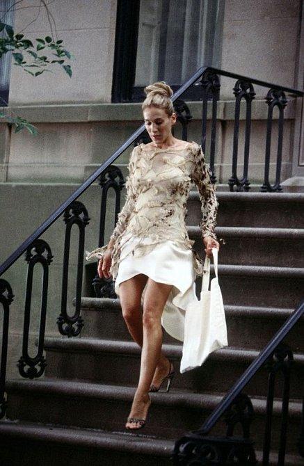 Krásné bílé šaty a úžasné boty.