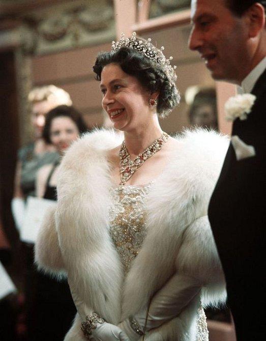 Královna se tento rok vzdala kožešin. Ty, co má, ale neodloží.