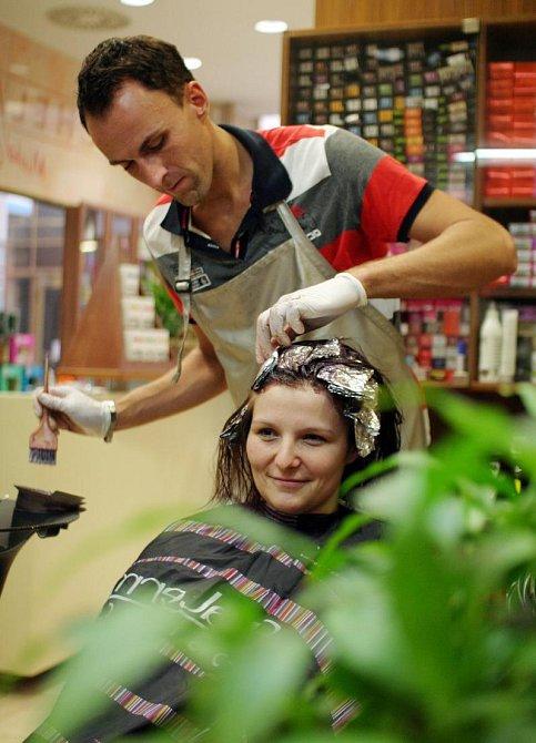 Kadeřnické duo Michal a Michal vytvořili Hance ve vlasech proužky s pomocí melíru