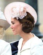 Její klobouky jsou velmi často doplněny nějakým povedeným účesem a květinami.