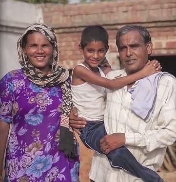 Akashvani se svou sestrou a jejím mužem.