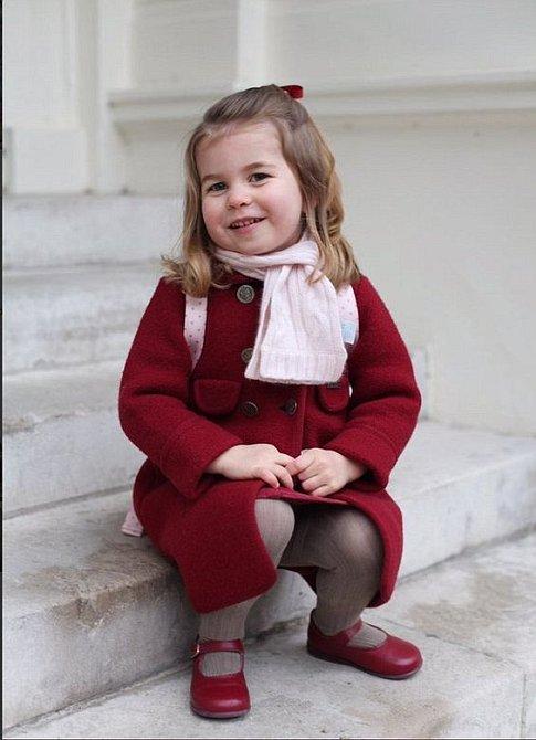 Vínový kabátek a batoh od Cath Kidston doprovázely Charlotte na první den do školky.