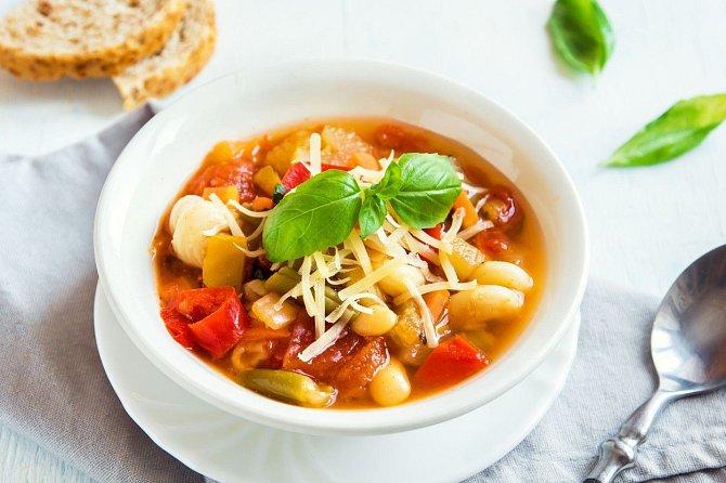 Zdravá zeleninová polévka zdobená sýrem.