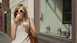 Spoustu z nás je zvyklých jíst cestou do práce, z práce, na schůzku apod. To dáma nedělá. Svůj denní program si naplánuje tak, aby si na jídlo našla čas a pokud ho nemá, dá si šálek kávy. Jídlo za chůze je naprosto nepřípustné.