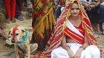6. V Indii se provozuje i tento rituál, při kterém si dotyčný bere zvíře, nejčastěji psa. Nejde tady ale o lásku, ale zahánění zlých duchů.