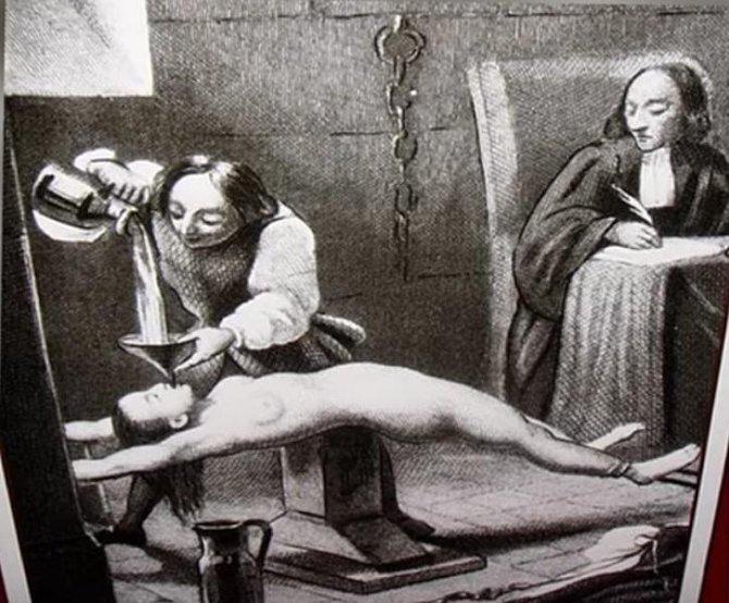Nejděsivnější tresty, které mohla žena dostat za zapovězenou lásku - ilustrační foto - mučení litím tekutiny do úst