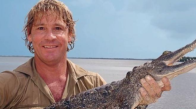 Steve Irwin - 1962 - 2006. Steve byl známý dobrodruh a milovník zvířat. To se mu ale stalo osudným. Během natáčení dalšího dílu jeho televizního pořadu jej při potápění v moři napadla trnucha, ta patří mezi rejnoky. Zřejmě si je...