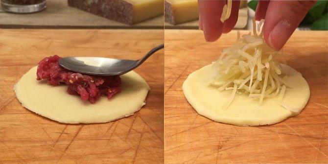 Nastrouhejte si 250 gramů sýru Comté, zbytek nakrájejte na kostičky. Kousek masové směsi dejte na kolečko listového těsta, přeložte a stočte do malé růžičky. Totéž udělejte s nastouhaným sýrem Comté a opět přeložte a stočte d...