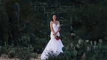 Namísto toho se fotila ve svých svatebních šatech. Sama.