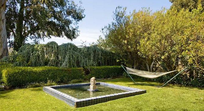 Venkovní relax zajišťuje fontána.