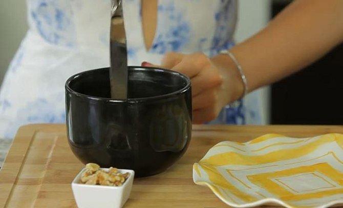 Po dopečení nožem opatrně oddělejte okraje buchty od stěny hrnku.