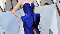 Nicole Kidman vsadila na extravagantní šaty a s odřenýma ušima jí její risk vyšel!