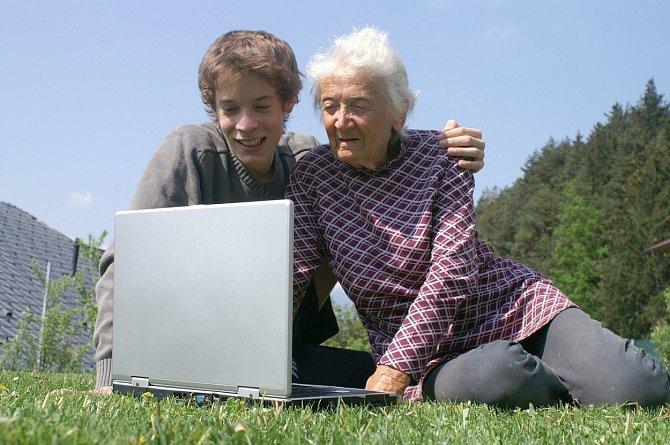 Pro babičku může být super dárek, když ji naučíte pracovat s počítačem.