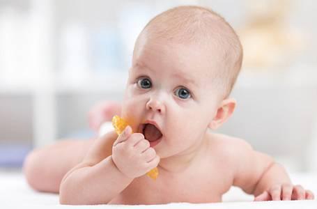 Jak ulevit miminku při prořezávání zoubků?