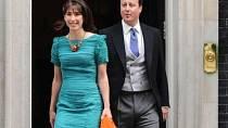Britský premiér David Cameron s manželkou Samanthou ve smaragdových šatech s efektním žabičkováním