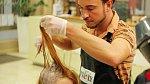 Kadeřník Michal barví Ivetiny dlouhé kadeře