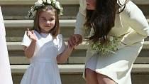 Kate s dcerou při příjezdu na svatbu Meghan a Harryho.