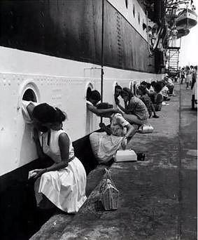 Námořníci se loučí se svými přítelkyněmi.