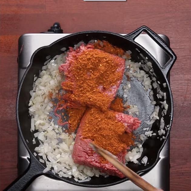 Na pánvi si osmahněte na oleji cibuli a česnek. Až cibulka zesklovatí, přidejte mleté maso a koření dle chuti (třeba to na tacos).  Opékejte, až bude maso hotové.