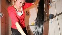 Schválně si uvědomte, kdy vás začne svědit hlava po umytí vlasů v předklonu a kdy, když si vlasy budete mít ve vaně nebo sprše klasicky v záklonu. Jistě zjistíte, že v prvním případě se tak děje prakticky okamžitě.