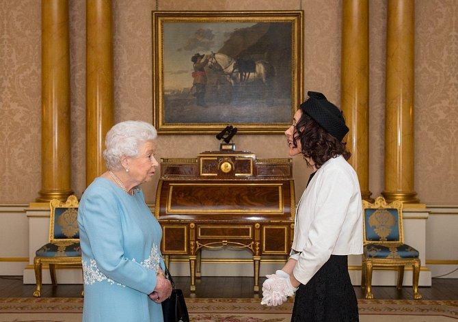 Královna v jedněch z mnoha modrých šatů.