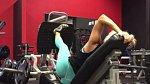 Na leg press stroji můžeme ležet i na bok a stroj zvedat jen jednou nohou.