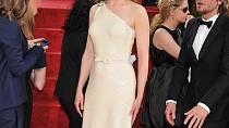 Jedna z nejlepších hereček současnosti Nicole Kidman pro slavnostní večer zvolila zdánlivě prosté světlé šaty s asymetrickým řešením a mašličkou v pase. Efekt umocnila tím, že se obešla bez šperků.