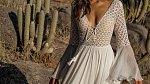 Svatební šaty 2018: Zapomeňte na korzety a nadýchané sukně, letí záclony a hluboké výstřihy