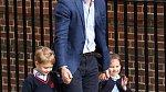 Princ William k večeru přivezl do porodnice i dva starší sourozence.