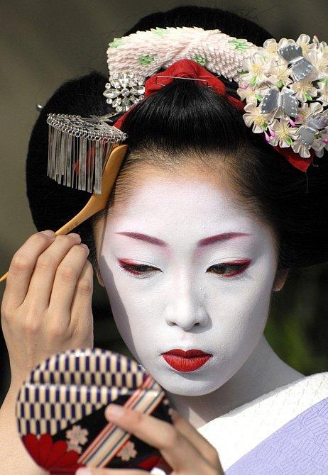 Vynechaná linie okolo vlasů a uší značila, že líčení je pouze maska.