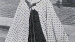 40. léta - žena se chrání před slunečními paprsky.