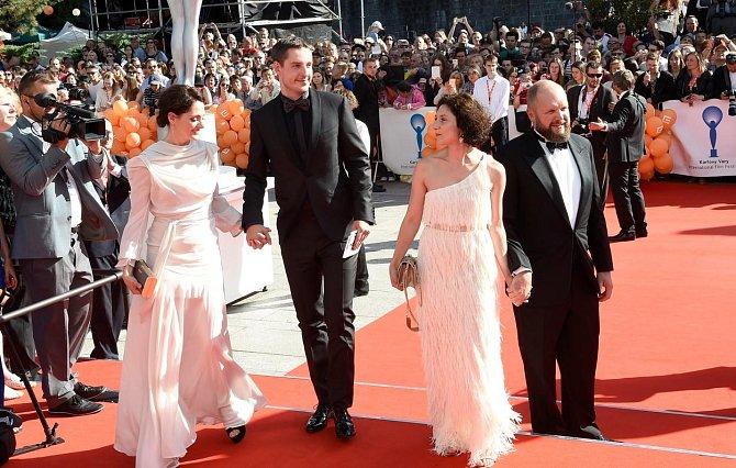 Klára Issová s novým partnerem, Martha Issová s partnerem a otcem své dcery Davidem Ondříčkem.