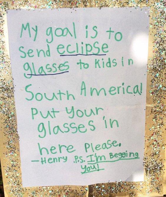 Tento dopis připevnil na několika místech okolo svého domu, žádal o použité sluneční brýle pro děti v jižní Americe, aby mohly sledovat zatmění Slunce.