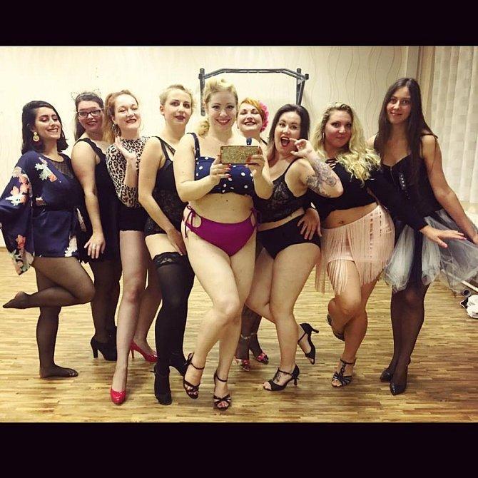 Kurzy a workshopy jsou super příležitostí vidět se s ostatními děvčaty ze světa burlesky.