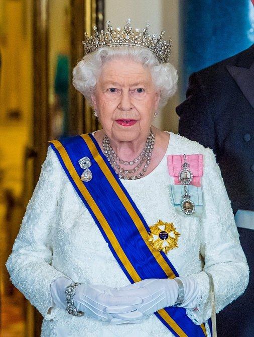 Velké akce vyžadují róbu i korunu.
