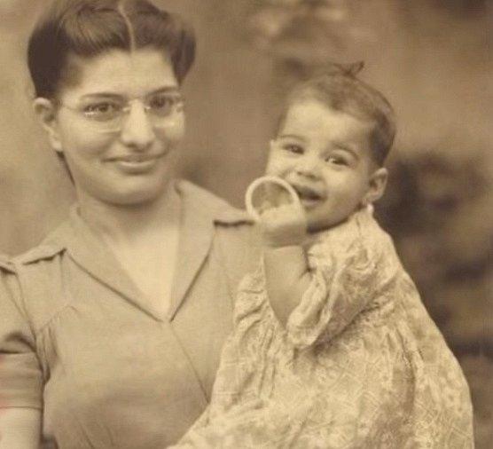 Krátce po narození s maminkou.