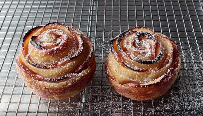 Připravte si tuto nádheru. Budete potřebovat jen jablka, listové těsto, cukr, rozpuštěné máslo a skořici.