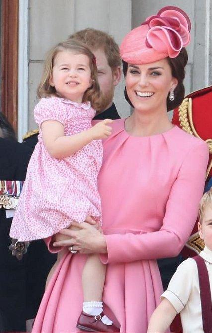 I princezna Charlotte recykluje. Šaty vynesla na Trooping the colour a cestu do Hamburku.