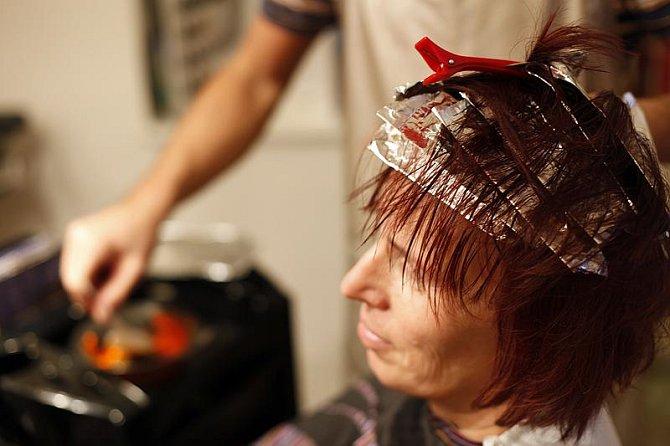 Svatce červený nádech vlasů sluší, proto se ho kadeřník Michal rozhodl pouze oživit.