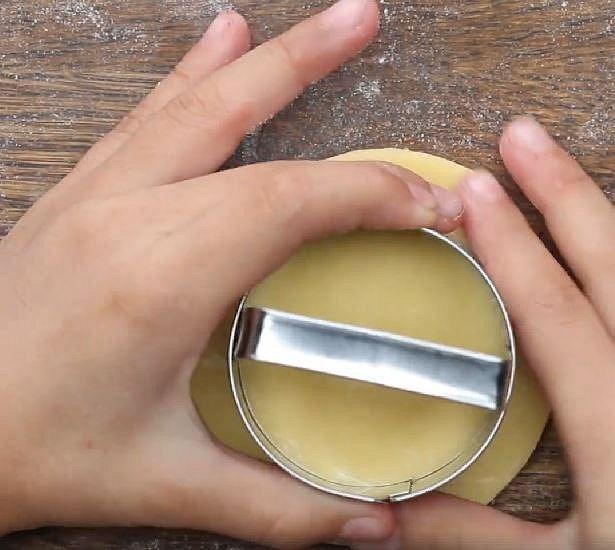 A s pomocí menšího vykrajovátka vytvořte kroužky..