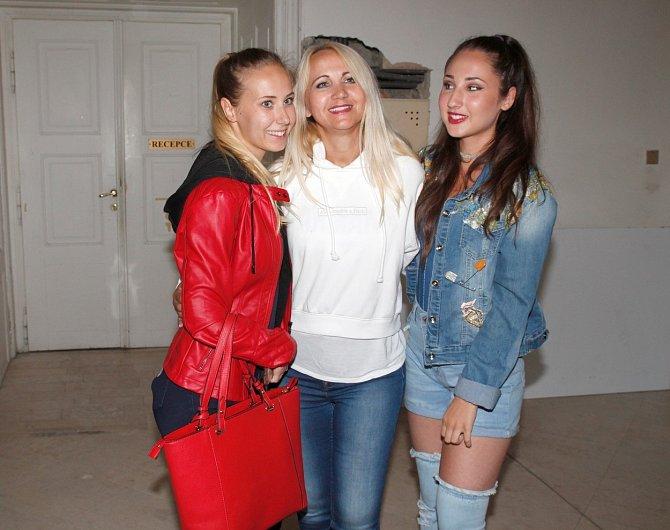 Denisa Grossová s maminkou Šárkou a sestrou Natálií.