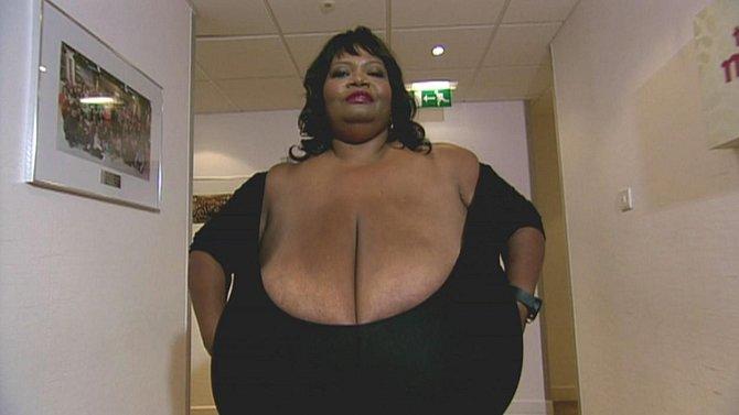 Jedna rarita na závěr: Annie Hawkins Turner, majitelka největších přírodních prsou na světě