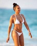 """Mel B ráda předvádí, že na sobě tvrdě maká. Bílá barva je ideální """"plavková"""" barva!"""