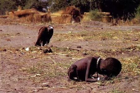 Sup čeká na smrt dítěte. Snímek pořídil v jižní Africe v roce 1992 fotograf Kevin Carter. Rok po té spáchal sebevraždu...