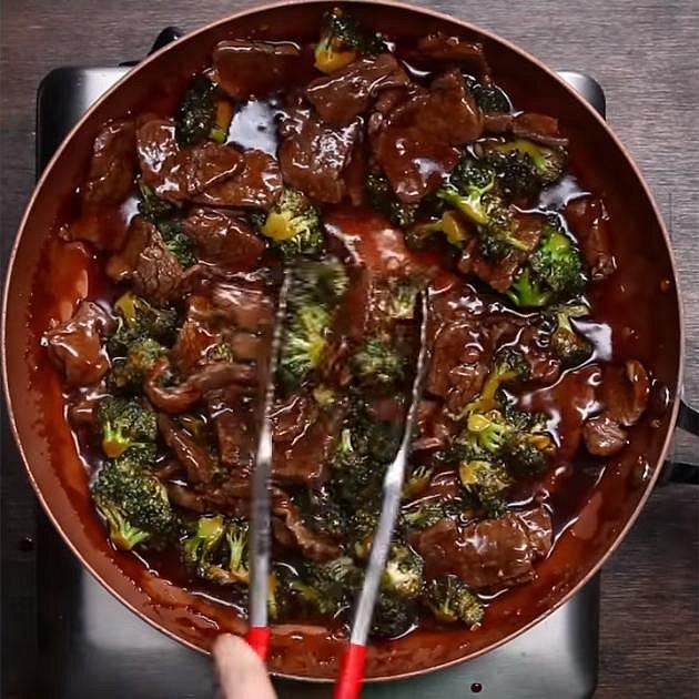 Do směsi přidejte hovězí maso a vše dobře promíchejte. Máte hotovo. Maso se podává s rýží a posypané sezamovým semínkem.