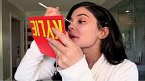 Kylie Jenner má řadu své vlastní kosmetiky. Snad sleduje její trvanlivost.