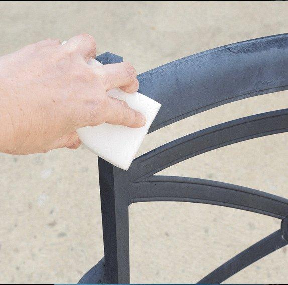 Kovový i plastový nábytek je možné vyčistit gumou.